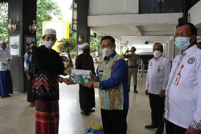 Pemerintah Kota Banjarmasin menyerahkan hibah alat kesehatan serta obat-obatan kepada 8 Pondok Pesantren di Kota Banjarmasin.