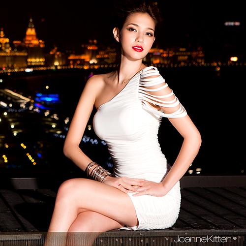 Изящное платье белого цвета.