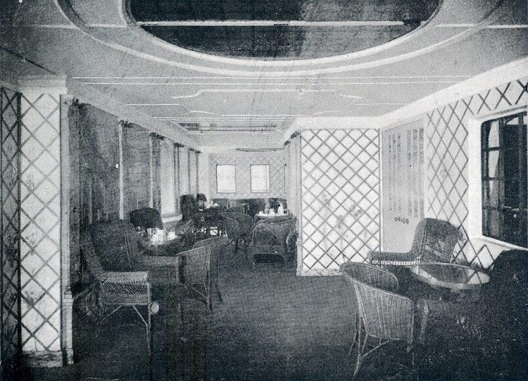 29-REINA VICTORIA EUGENIA. Cafe Verandah. Revista La Vida Maritima. Año 1916.jpg