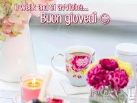 buon giovedi immagine con frase aforismo tazza fiori candela il week end si avvicina.jpg