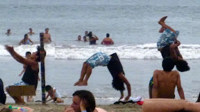 ....some gymnast doing gymnastics on the beach for S/.