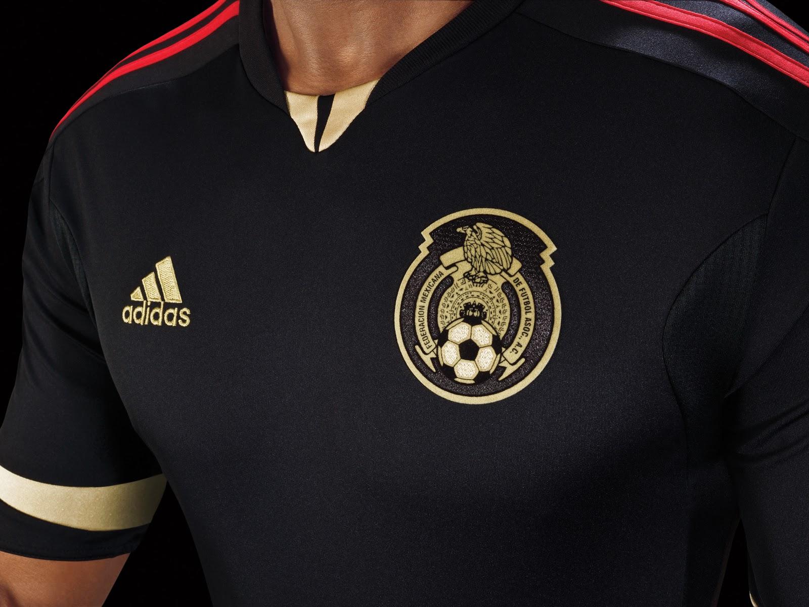 """Ambas playeras incluyen la palabra """"México"""" en letras rojas escritas en la  parte trasera del cuello así como la leyenda """"Somos Guerreros"""" en el  interior del ... aa48192e6593f"""