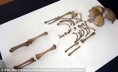 Esqueleto de niño asesinado en el burdel romano de  Inglaterra ©BBC