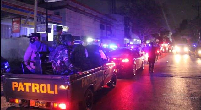 Gelar Patroli Skala Besar, Polda Lampung Bagikan Ratusan Bansos Ke Masyarakat Terdampak PPKM Level 4
