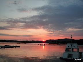 2010/6/9 梅雨空が少し和らいだ後のまん丸な夕日です。波も無く海面に反射した夕日を横切る船が良い感じで。。。