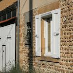 La Charinaz : façade en galets, pierres et pisé