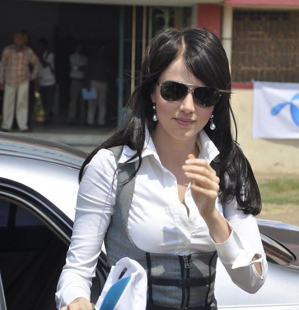 Yana Gupta Sizzles at Uninor Holi event