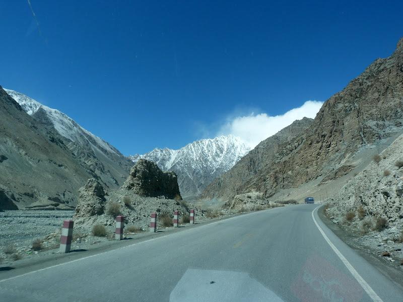XINJIANG. Karakoram Highway, lune des plus haute route au monde, en passant a 4400 m - P1280481.JPG