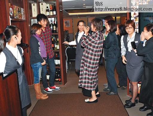 班女職員見到馬國明,興奮到掩住個口係咁笑,輪住排隊等合照。