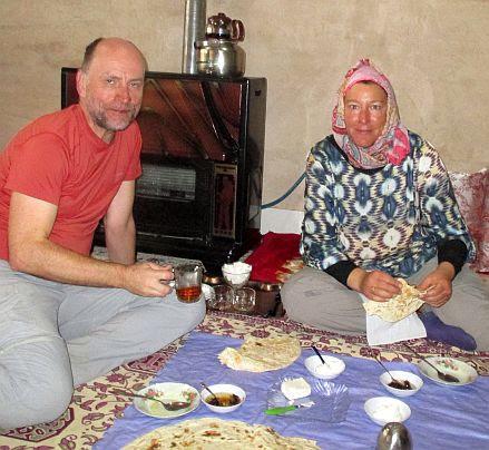 Miri & Chris beim Frühstück am Gasofen: Homestay in Qara, Iran