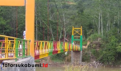 Jembatan warna warni Cimandiri di Kecamatan Simpenan Sukabumi / Foto : Rudi Imelda