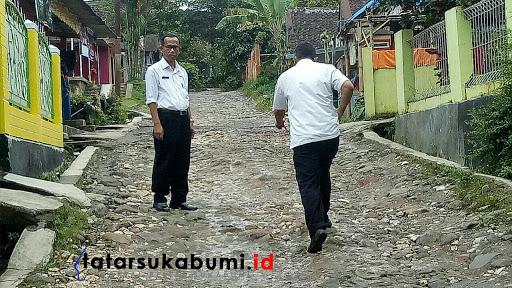 Foto tahun lalu pemerintah setempat tunjau jalan rusak / Foto : TatarSukabumi.ID