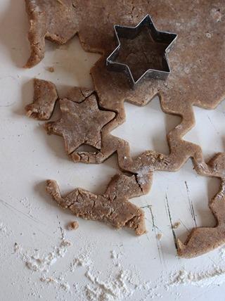 Utkavlad deg där några kakor är uttryckta med stjärnformad pepparkaksform.