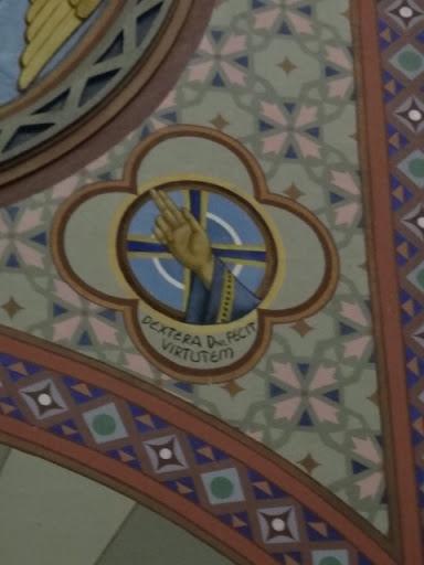 """O terceiro domingo depois da Epifania nos mostra o poder da mão direita do Senhor Jesus, que opera milagres em nossa vida. Os círculos concêntricos simbolizam todo o universo criado por Deus. A Cruz simboliza o resgate de toda a criação e o poder de dar a Cristo toda a salvação. O letreiro indica, em latim, """"Dextra Domini fecit virtutem"""", isto é, """"A Mão Direita do Senhor Operou Maravilhas""""."""