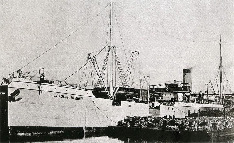 El JOAQUIN MUMBRU cargando o descargando a gabarras. Lugar y fecha indeterminados. Colección Enric Garcia.jpg