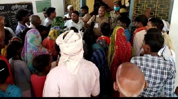 फतेहपुर कोटहना में मार्ग अवरुद्ध होने पर दिव्यांग के नेतृत्व में महिलाओं ने तहसील गेट किया जाम
