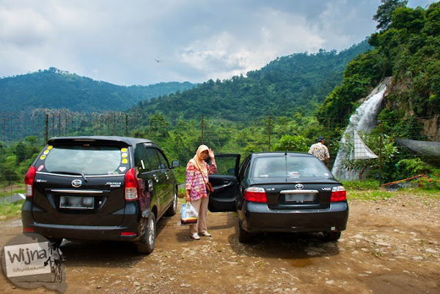Area parkir kendaraan pengunjung di kawasan Air Terjun Bidadari Sentul Paradise Park