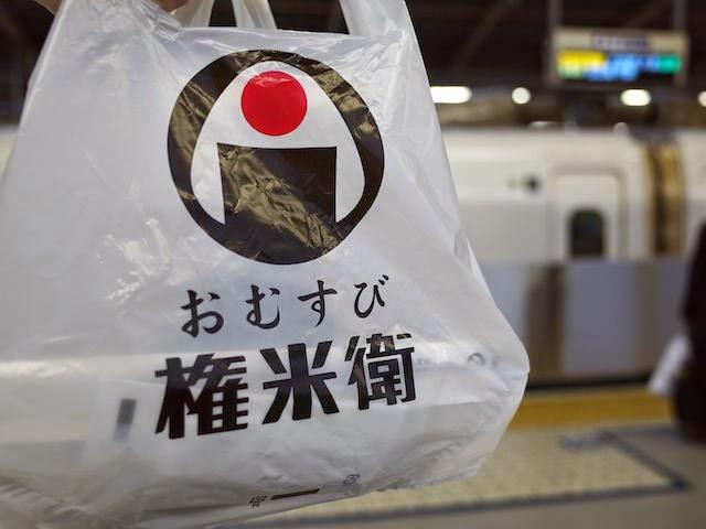 おむすび権米衛のビニール袋を持って、新幹線ホームへ