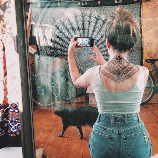 Mandala tatuagens de projetos e ideias para as mulheres no pescoco