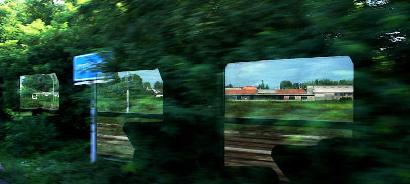 Through the windows of a passing train di Norasmind