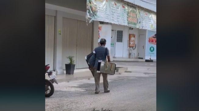 Penjual Cermin Keliling Sepi Pembeli, Membuat Menangis saat Ditraktir Belanja