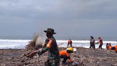 Aksi Peduli Sampah, Babinsa Jangkaran Melaksanakan Pembersihan Sampah Di Pantai Congot