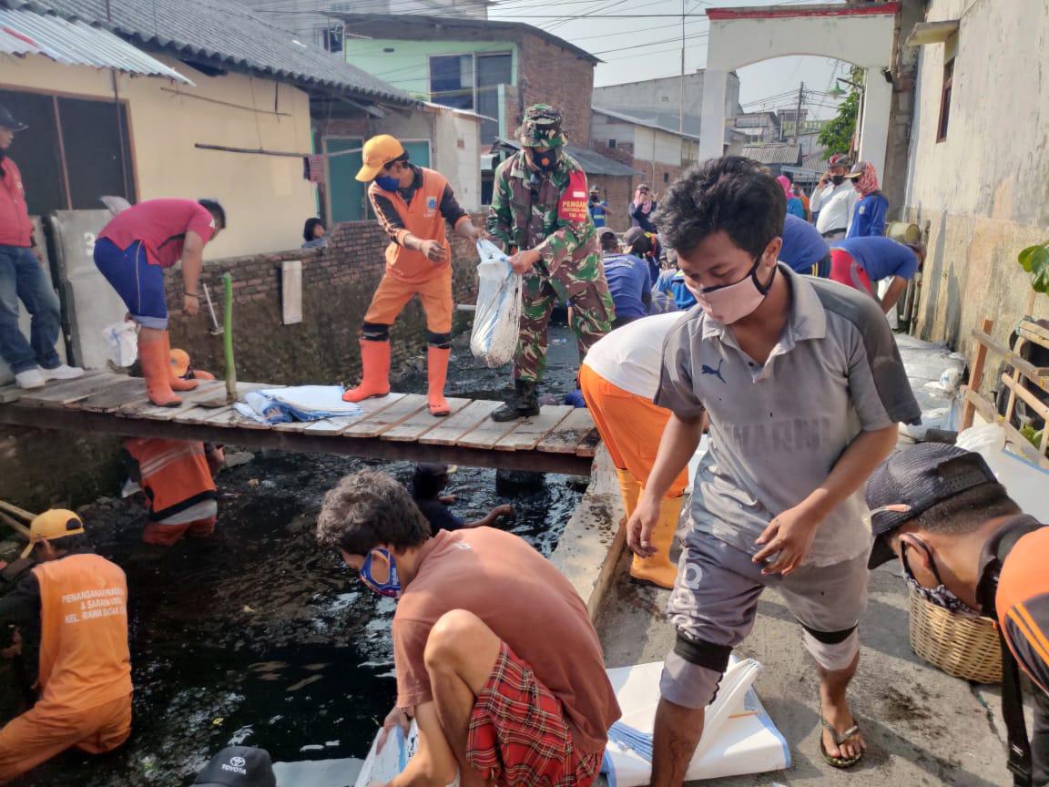 Hari Libur Tak Menyurutkan Semangat Untuk Babinsa Koramil-01/Koja Kerja Bhakti Bersama Warga