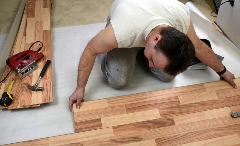 Spośród paneli podłogowych w sklepach dostępne są panele laminowanie, drewniane i korkowe