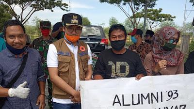 Cegah Penyebaran Covid-19,Bupati Bangkalan Bersama Indoraya Dan Alumni 93 SMP 1 Kwanyar Bagi-bagi kacamata Safety