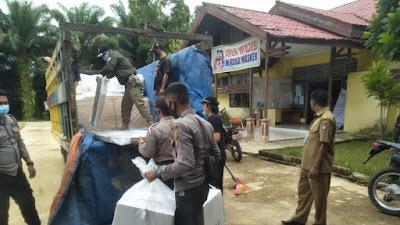 Sinergitas TNI-Polri Kawal Pendistribusian Logistik Pilkada di Kecamatan Belitang
