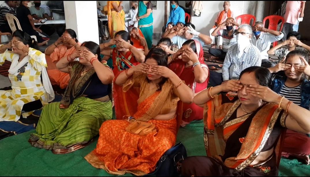 सासाराम:-अंतर्राष्ट्रीय योग दिवस के अवसर पर सासाराम में महिलाओं ने भी किया योग।