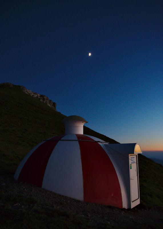 Luna si adapostul nostru pentru seara asta in ultimele momente de lumina.