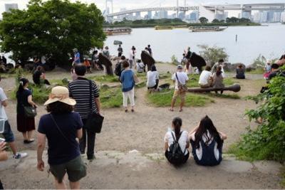 東京の風景 ポケモンGOで集まる人々
