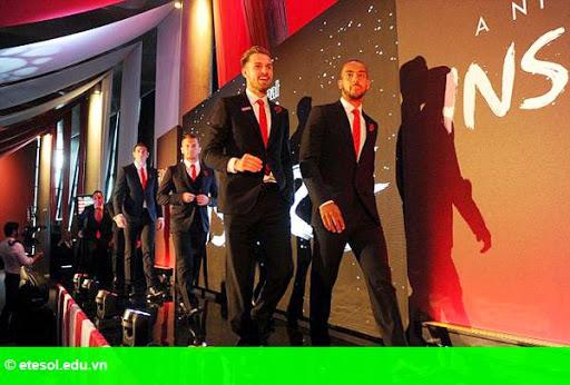 Hình 2:   Dàn sao Arsenal bảnh bao đi dự tiệc