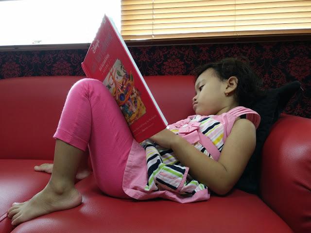 Diana Membaca Buku