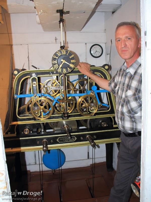 Mechanizm zegara z zegarmistrzem: Poddasze Fary pw. Św. Mateusza w Nowem