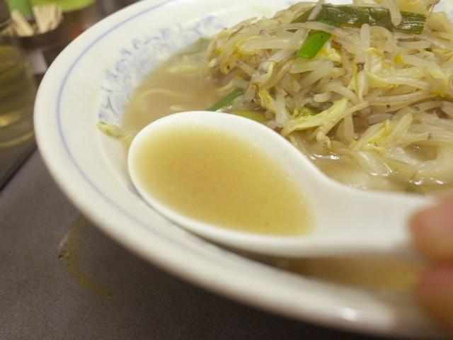 タンメンのスープをレンゲですくってみた