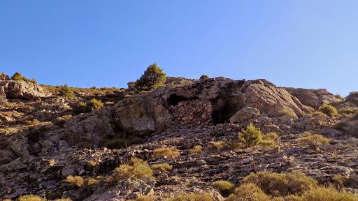 La grotte-bergerie à la sortie de la vire oblique de la pointe 951