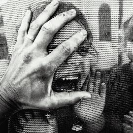 hand face by Moshe Friedline - Black & White Street & Candid
