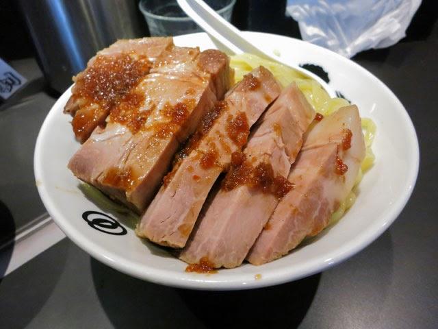麺が見えない程に盛られた厚切りローストポーク