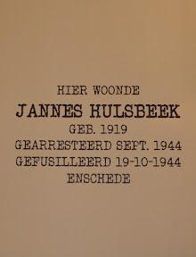 Een van de posters met de tekst die op de stolperstein (struikelsteen) staat.