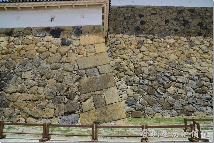 「石棺」其實只的是看起來很像棺材的石頭,這些「石棺」其實是姬路城的基石,用來放在牆角作為固定之用。