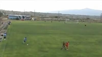 Árbitro auxiliar perde a cabeça e ataca jogador