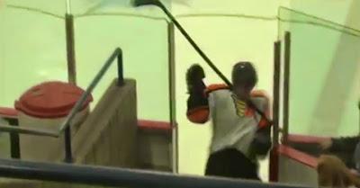 Falhanço: jogador de hóquei no gelo sofre queda aparatosa ao sair do ringue