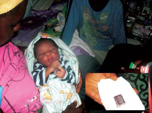 ولادة طفل يحمل مصحفاً بيده