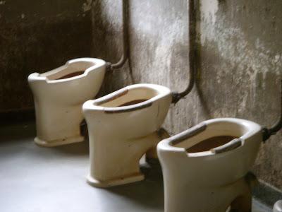 収容所のトイレ。