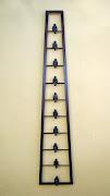 Escada com 10 figuras sentadas - 120x20x10 cm - ferro e bronze