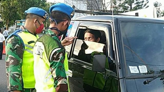 Foto: Kesibukan Petugas di Posko Check Point. 131 Warga Kota Padang Positif Covid-19, Diantaranya Warga di Komplek Sumbar Mas.