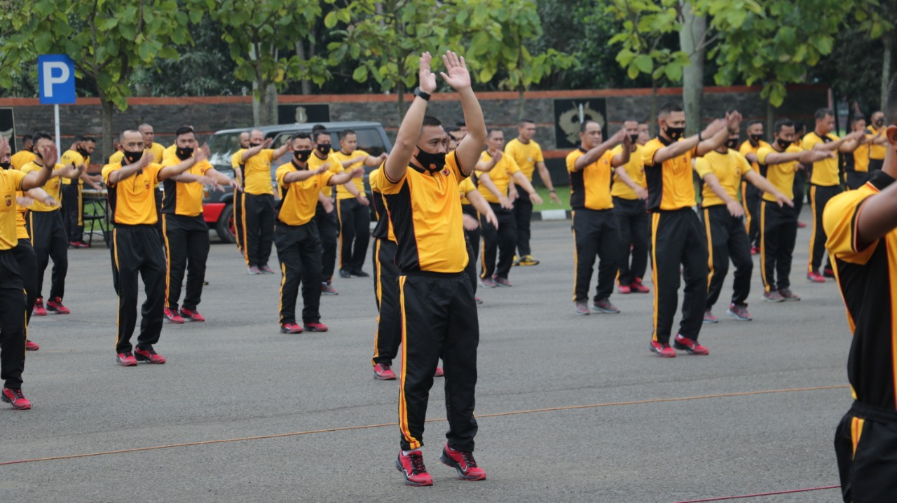 Tingkatkan Imunitas, Dansat Brimob Polda Jabar Pimpin Olahraga Bersama
