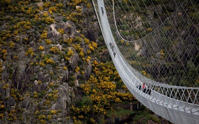 Πορτογαλία: Η μεγαλύτερη κρεμαστή πεζογέφυρα στον κόσμο
